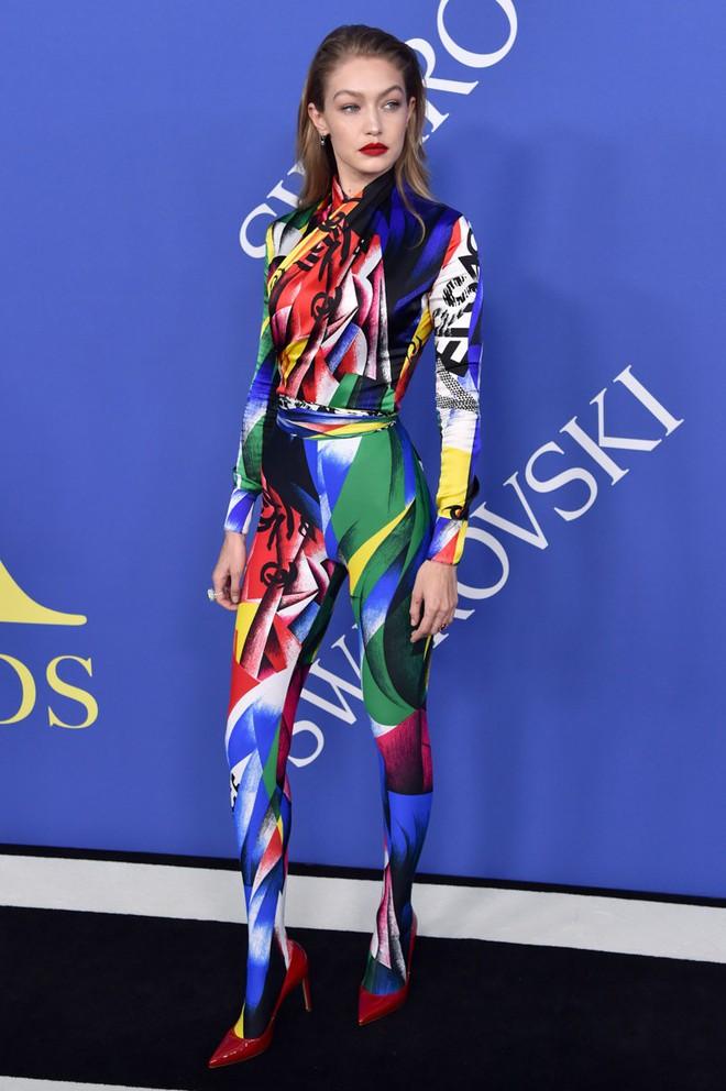 Gigi Hadid sặc sỡ như quân bài joker trong khi chị em nhà Kim diện hở mà vẫn nền nã tại thảm đỏ thời trang CFDA 2018 - Ảnh 3.