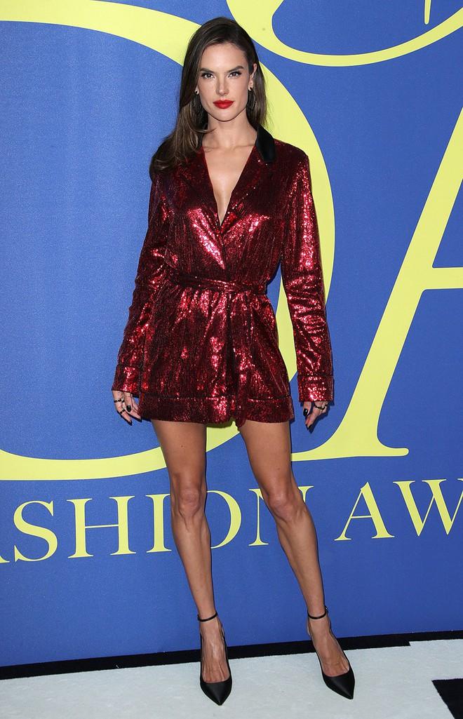 Gigi Hadid sặc sỡ như quân bài joker trong khi chị em nhà Kim diện hở mà vẫn nền nã tại thảm đỏ thời trang CFDA 2018 - Ảnh 9.