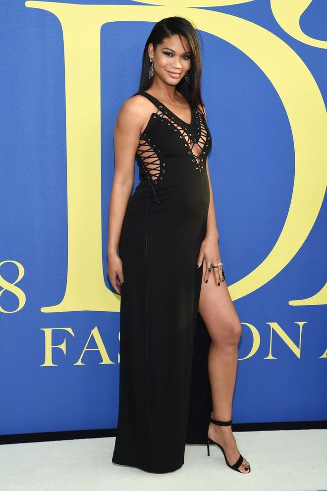 Gigi Hadid sặc sỡ như quân bài joker trong khi chị em nhà Kim diện hở mà vẫn nền nã tại thảm đỏ thời trang CFDA 2018 - Ảnh 20.