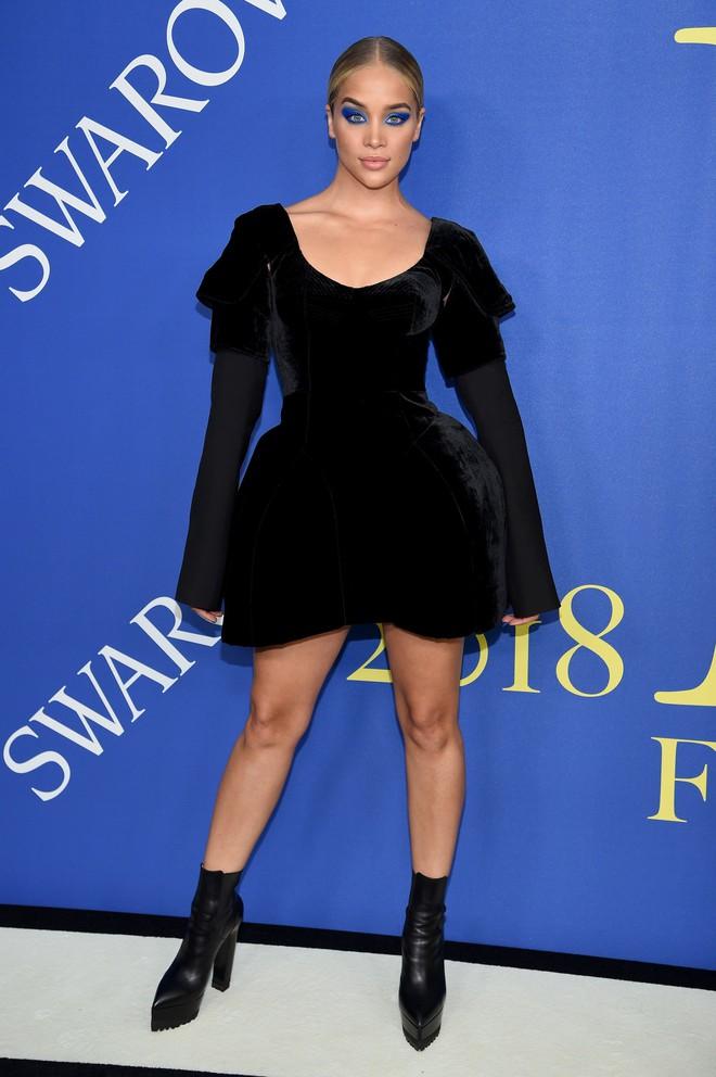 Gigi Hadid sặc sỡ như quân bài joker trong khi chị em nhà Kim diện hở mà vẫn nền nã tại thảm đỏ thời trang CFDA 2018 - Ảnh 18.