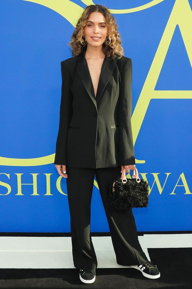 Gigi Hadid sặc sỡ như quân bài joker trong khi chị em nhà Kim diện hở mà vẫn nền nã tại thảm đỏ thời trang CFDA 2018 - Ảnh 21.