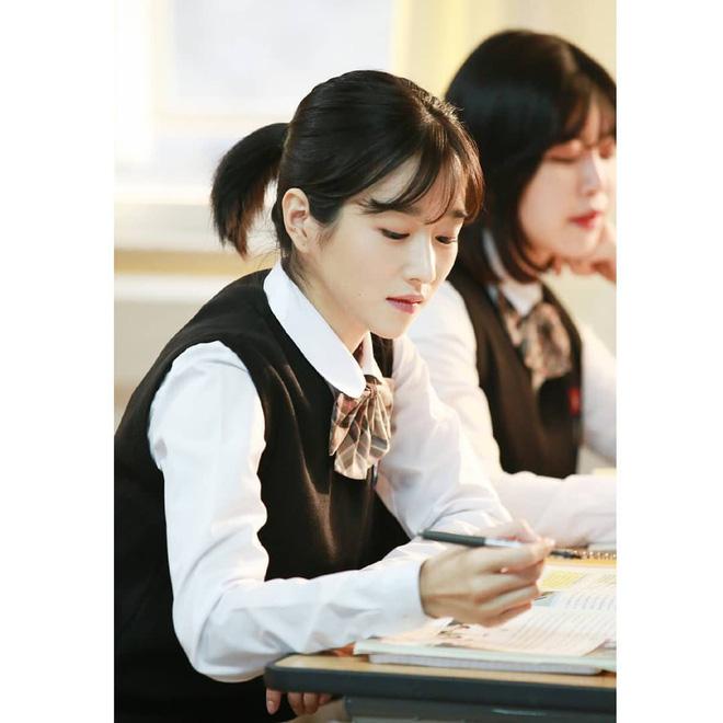 Sao Hàn để tóc bob, người thì trẻ ra vài tuổi, người thì sang chảnh ngút trời, các chị em cũng thử lột xác với kiểu tóc này xem - Ảnh 12.