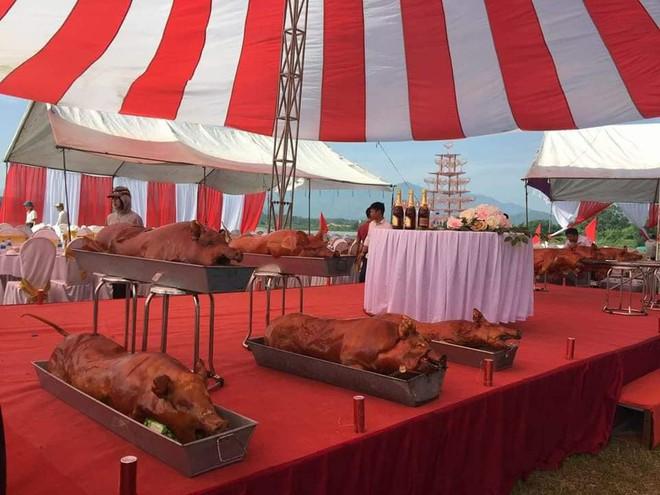 Cỗ cưới đại gia Hà Nội toàn tôm hùm, cua hoàng đế lại có cả lợn quay nguyên con nằm chờ trên sân khấu gây xôn xao - Ảnh 4.