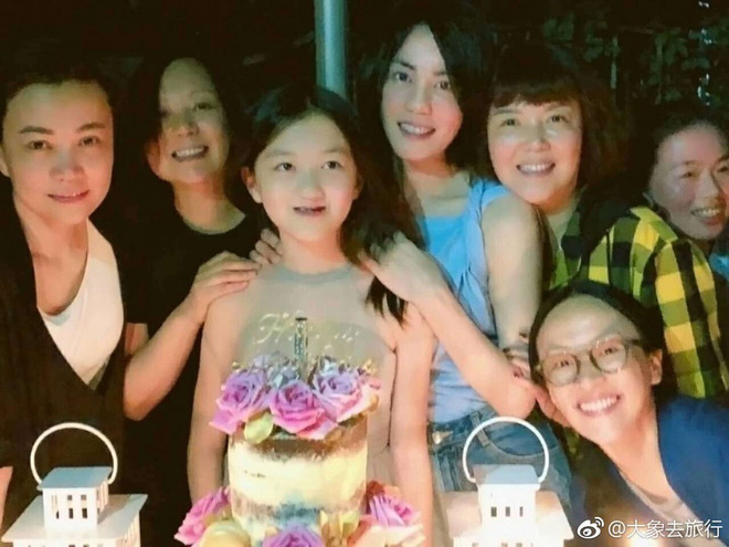 Vương Phi khoe ảnh ôm hôn con gái hở hàm ếch trong tiệc sinh nhật, đáp trả tin mải yêu đương bỏ bê con cái - ảnh 2