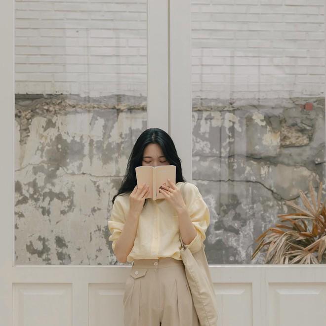 Combo gái Hàn mê nhất hè này chắc chắn là mặc đồ đũi be vàng và đeo 3 kiểu túi sau - Ảnh 1.