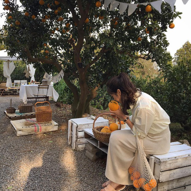 Combo gái Hàn mê nhất hè này chắc chắn là mặc đồ đũi be vàng và đeo 3 kiểu túi sau - Ảnh 14.