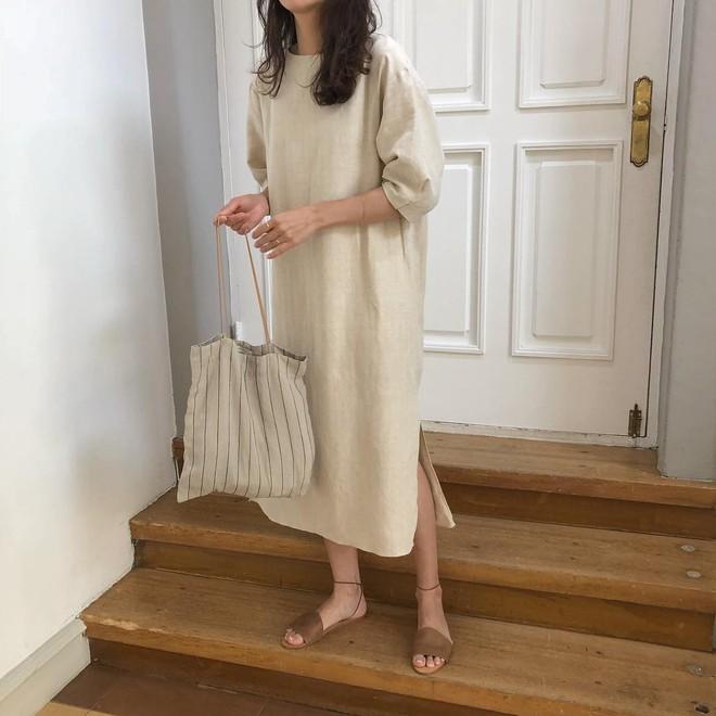 Combo gái Hàn mê nhất hè này chắc chắn là mặc đồ đũi be vàng và đeo 3 kiểu túi sau - Ảnh 4.