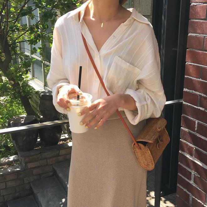 Combo gái Hàn mê nhất hè này chắc chắn là mặc đồ đũi be vàng và đeo 3 kiểu túi sau - Ảnh 6.