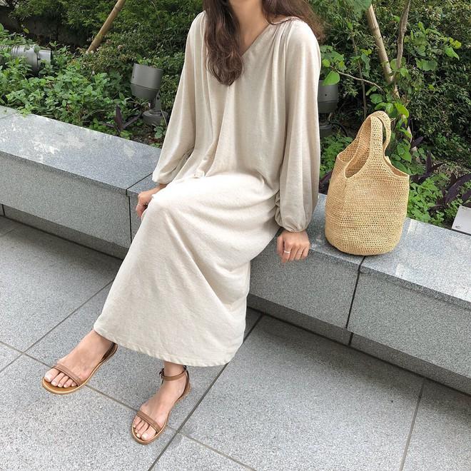 Combo gái Hàn mê nhất hè này chắc chắn là mặc đồ đũi be vàng và đeo 3 kiểu túi sau - Ảnh 7.