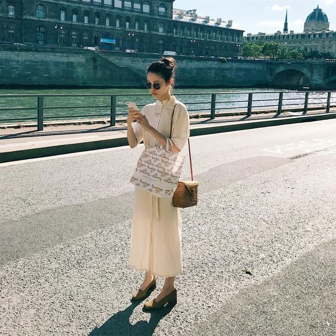 Combo gái Hàn mê nhất hè này chắc chắn là mặc đồ đũi be vàng và đeo 3 kiểu túi sau - Ảnh 9.