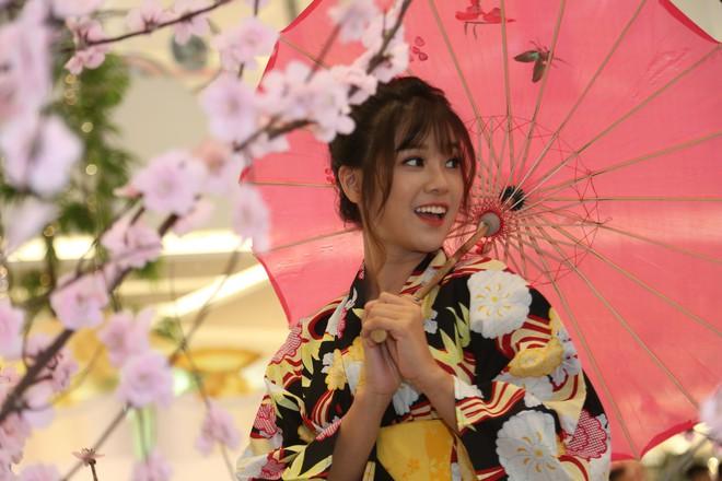 Diện kimono xinh xắn, Hoàng Yến Chibi nhí nhảnh hóa thiếu nữ bên hoa đào - Ảnh 8.