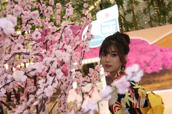 Diện kimono xinh xắn, Hoàng Yến Chibi nhí nhảnh hóa thiếu nữ bên hoa đào - Ảnh 9.