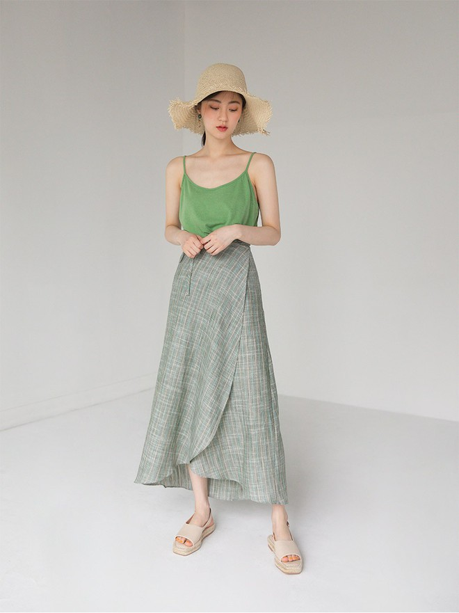Combo áo hai dây + chân váy midi: vừa xinh vừa điệu, lại siêu mát để nàng tha hồ dạo phố cuối tuần - Ảnh 1.