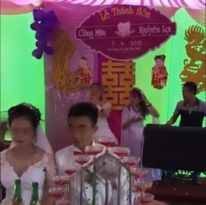 Cô gái mặc váy trắng hát tặng cô dâu chú rể bài 'Kẻ phản bội' và 'Quên anh trong từng cơn đau' trong nước mắt