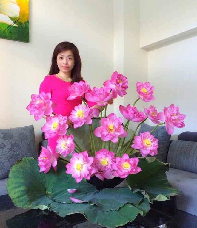 Mê mẩn ngắm những bình hoa sen đẹp tinh tế của người phụ nữ dịu dàng đất Hà Thành - Ảnh 1.