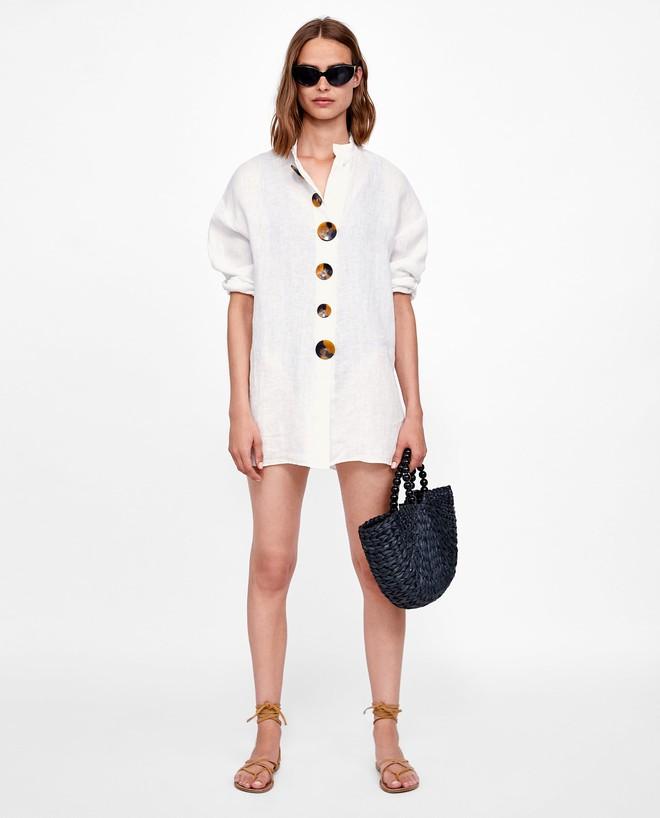 Chiếc áo vải đũi với hàng khuy to bản này đang được các quý cô châu Á cưng nựng hết sức vì vừa đẹp lại mặc mát lịm  - Ảnh 9.