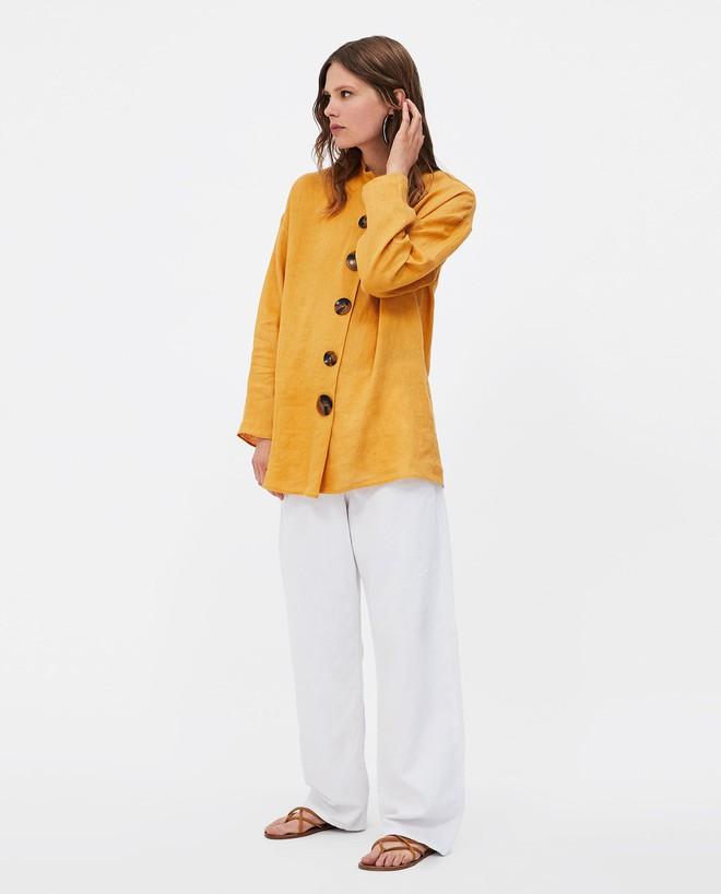 Chiếc áo vải đũi với hàng khuy to bản này đang được các quý cô châu Á cưng nựng hết sức vì vừa đẹp lại mặc mát lịm  - Ảnh 8.