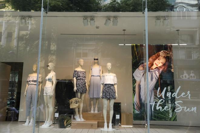 H&M chính thức mở bán BST kết hợp cùng Đông Nhi, hình ảnh của nữ ca sĩ trải khắp từ cửa hàng đến mác quần áo  - Ảnh 3.