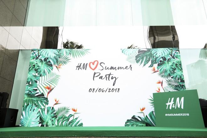 H&M chính thức mở bán BST kết hợp cùng Đông Nhi, hình ảnh của nữ ca sĩ trải khắp từ cửa hàng đến mác quần áo  - Ảnh 4.