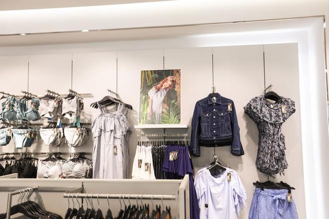 H&M chính thức mở bán BST kết hợp cùng Đông Nhi, hình ảnh của nữ ca sĩ trải khắp từ cửa hàng đến mác quần áo  - Ảnh 5.