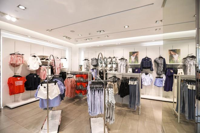 H&M chính thức mở bán BST kết hợp cùng Đông Nhi, hình ảnh của nữ ca sĩ trải khắp từ cửa hàng đến mác quần áo  - Ảnh 6.