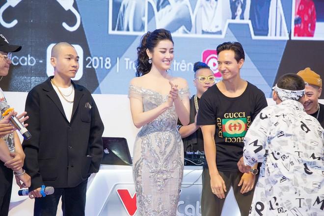 Vắng Hồ Ngọc Hà, Kim Lý vui vẻ trò chuyện cùng Huyền My tại sự kiện - Ảnh 6.