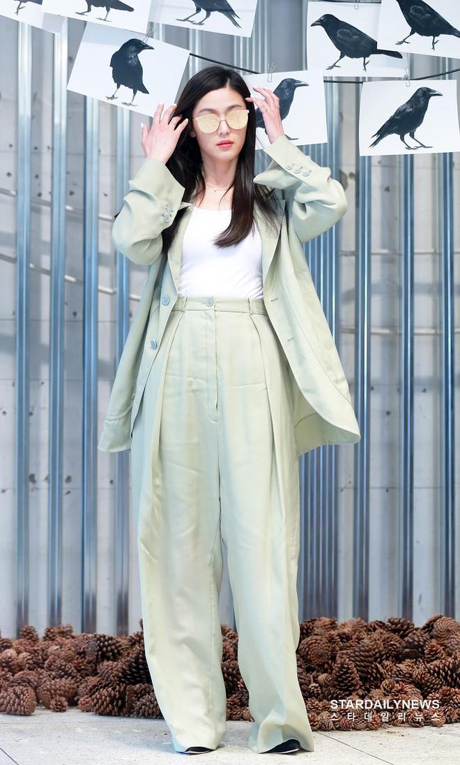 Sang xịn như mợ chảnh Jun Ji Hyun, lần đầu xuất hiện sau khi sinh con, mặc hơi nhàu một chút nhưng vẫn chảnh hết phần thiên hạ - Ảnh 4.