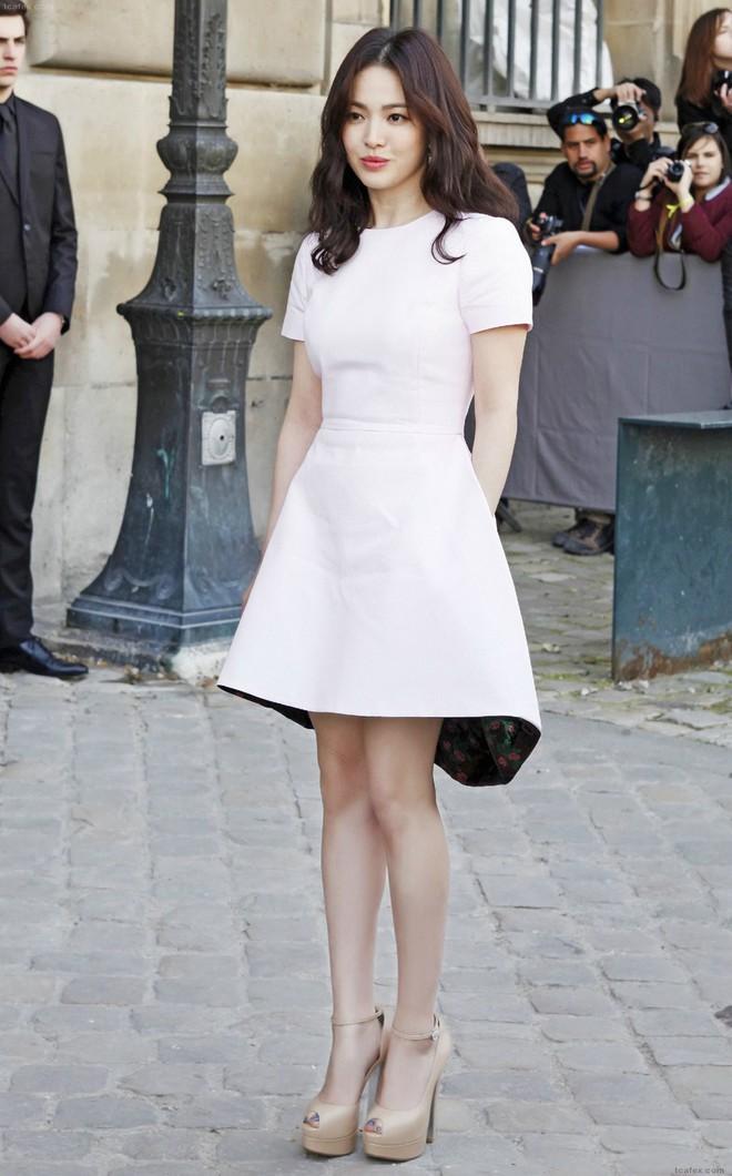 Sau bao nhiêu năm, Song Hye Kyo vẫn cứ mải miết diện một kiểu váy đơn giản - Ảnh 4.