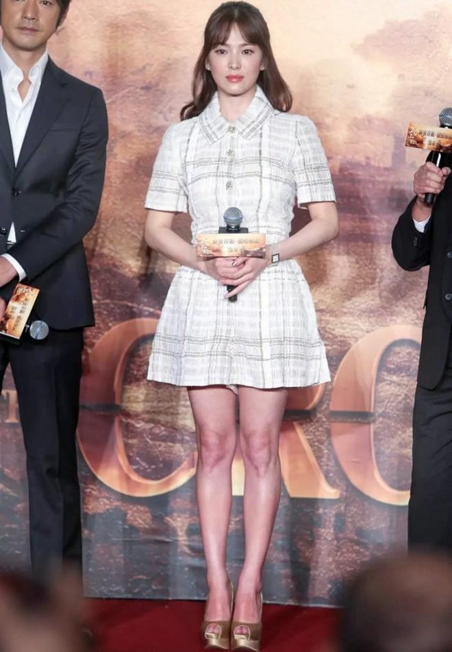 Sau bao nhiêu năm, Song Hye Kyo vẫn cứ mải miết diện một kiểu váy đơn giản - Ảnh 9.