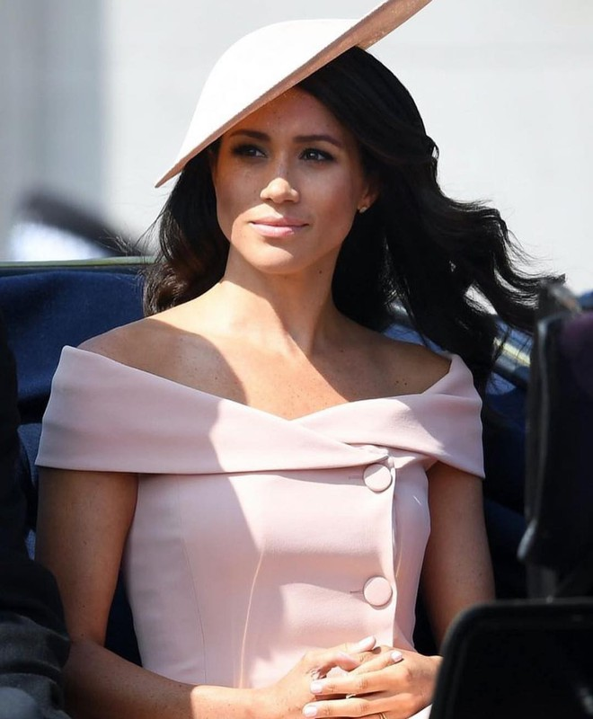 Meghan Markle lại tiếp tục phá vỡ quy tắc trang phục mà Công nương Diana và Kate Middleton chưa dám làm - Ảnh 2.