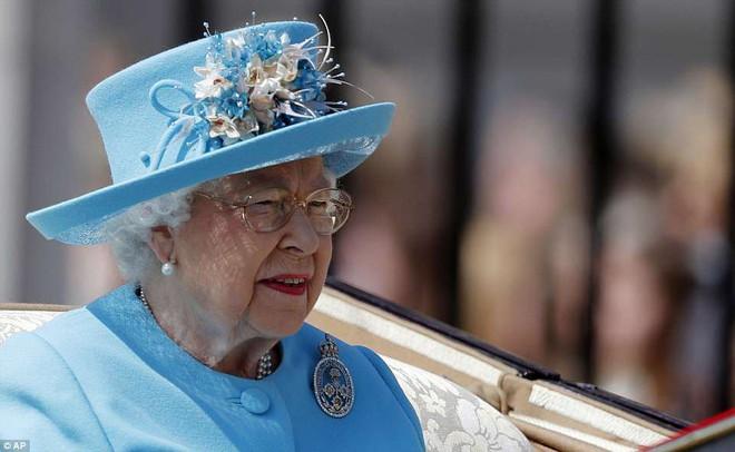 Meghan Markle lại tiếp tục phá vỡ quy tắc trang phục mà Công nương Diana và Kate Middleton chưa dám làm - Ảnh 5.