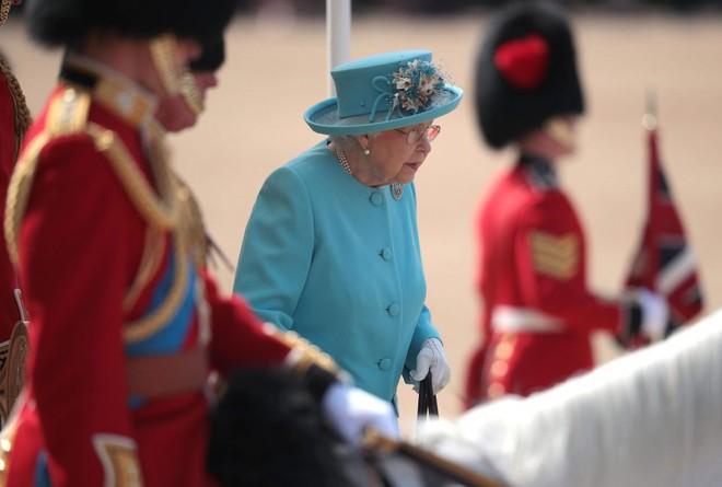 Meghan Markle lại tiếp tục phá vỡ quy tắc trang phục mà Công nương Diana và Kate Middleton chưa dám làm - Ảnh 6.