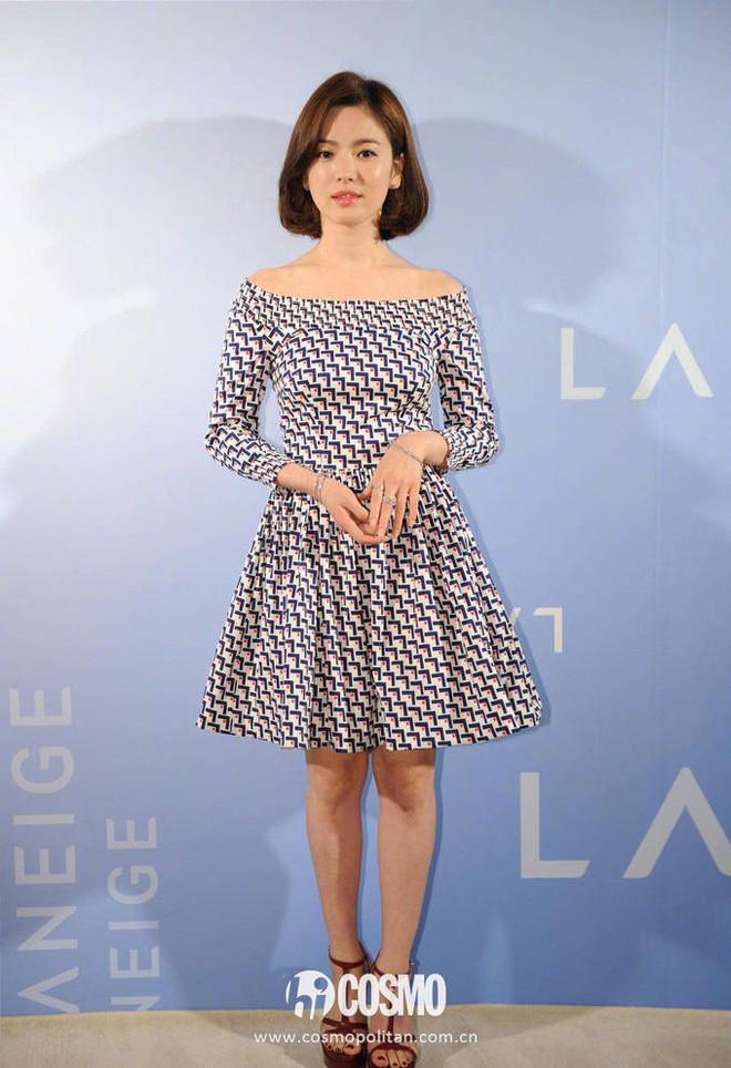 Sau bao nhiêu năm, Song Hye Kyo vẫn cứ mải miết diện một kiểu váy đơn giản - Ảnh 8.