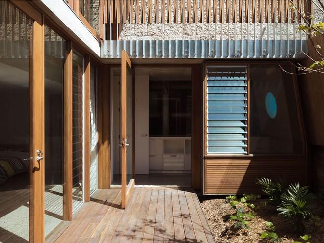Ngôi nhà có nhiều khoảng sân nhỏ luôn mát rười rượi, thách thức những ngày nắng nóng - Ảnh 4.