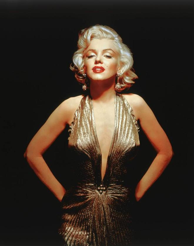 """9 bộ đầm ánh kim xuất sắc nhất mọi thời đại này sẽ khiến bạn """"đứng hình"""" vì vẻ lộng lẫy đến choáng ngợp"""
