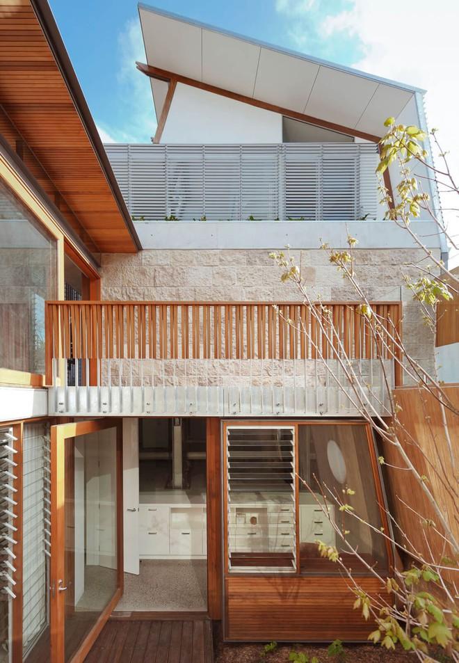 Ngôi nhà có nhiều khoảng sân nhỏ luôn mát rười rượi, thách thức những ngày nắng nóng - Ảnh 5.
