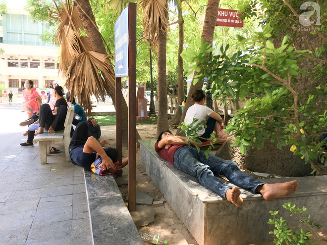 Người nhà bệnh nhân vạ vật tại bệnh viện trong nắng nóng kỷ lục ở Thủ đô - ảnh 5