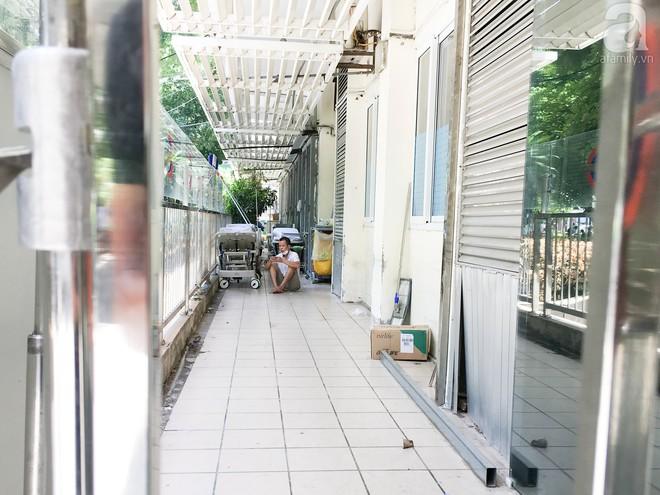 Người nhà bệnh nhân vạ vật tại bệnh viện trong nắng nóng kỷ lục ở Thủ đô - ảnh 9
