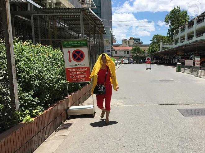 Người nhà bệnh nhân vạ vật tại bệnh viện trong nắng nóng kỷ lục ở Thủ đô - ảnh 17