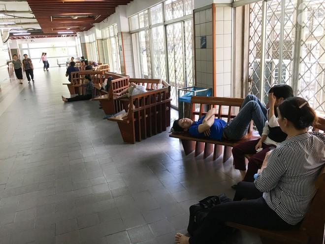Người nhà bệnh nhân vạ vật tại bệnh viện trong nắng nóng kỷ lục ở Thủ đô - ảnh 7