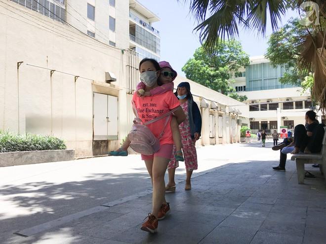 Người nhà bệnh nhân vạ vật tại bệnh viện trong nắng nóng kỷ lục ở Thủ đô - ảnh 16
