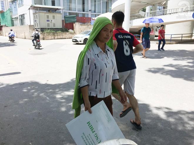Người nhà bệnh nhân vạ vật tại bệnh viện trong nắng nóng kỷ lục ở Thủ đô - ảnh 14