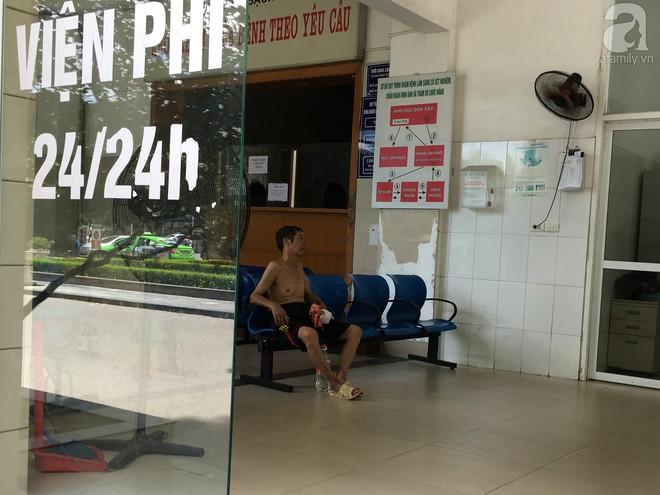 Người nhà bệnh nhân vạ vật tại bệnh viện trong nắng nóng kỷ lục ở Thủ đô - ảnh 8