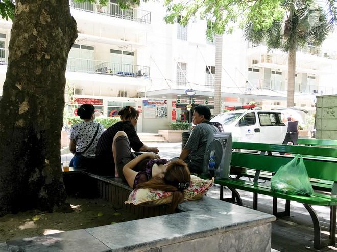 Người nhà bệnh nhân vạ vật tại bệnh viện trong nắng nóng kỷ lục ở Thủ đô - ảnh 10