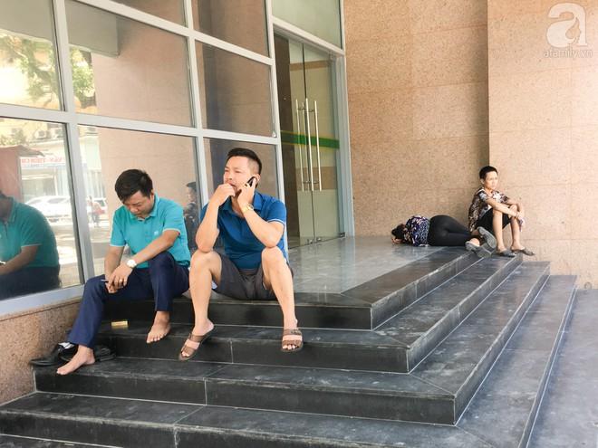 Người nhà bệnh nhân vạ vật tại bệnh viện trong nắng nóng kỷ lục ở Thủ đô - ảnh 6