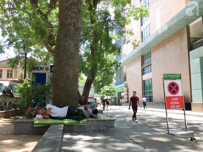 Người nhà bệnh nhân vạ vật tại bệnh viện trong nắng nóng kỷ lục ở Thủ đô - ảnh 4