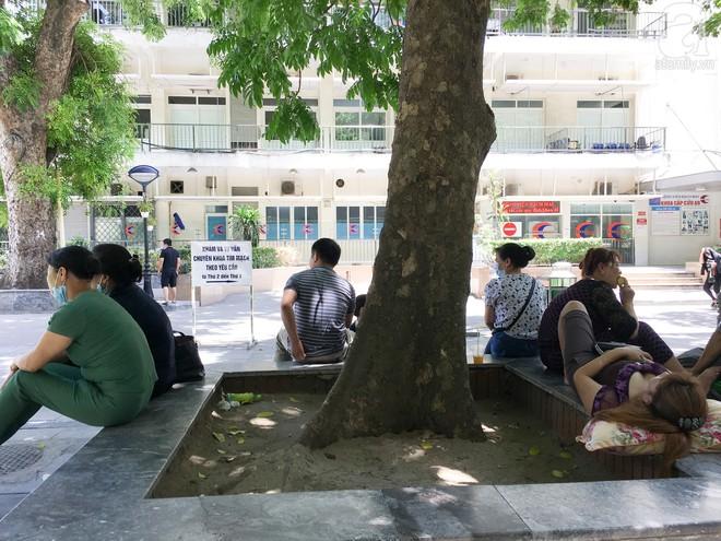 Người nhà bệnh nhân vạ vật tại bệnh viện trong nắng nóng kỷ lục ở Thủ đô - ảnh 3