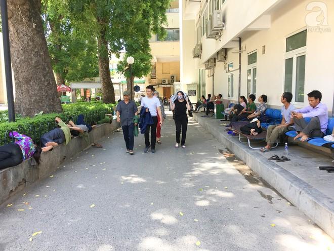 Người nhà bệnh nhân vạ vật tại bệnh viện trong nắng nóng kỷ lục ở Thủ đô - ảnh 1