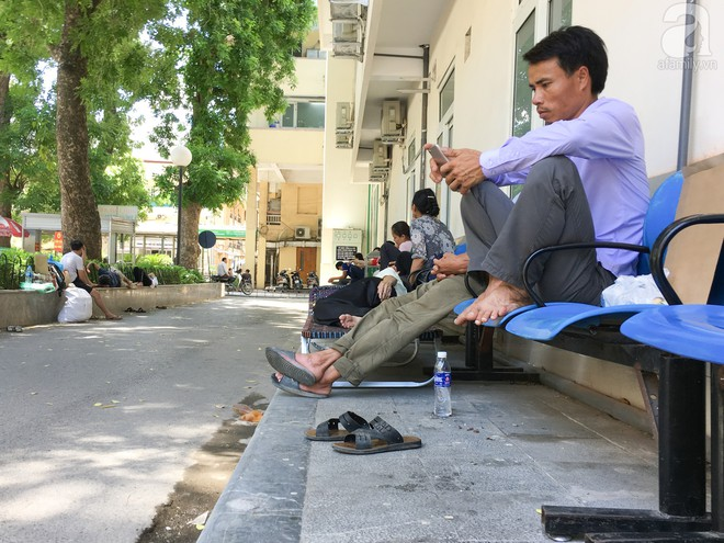 Người nhà bệnh nhân vạ vật tại bệnh viện trong nắng nóng kỷ lục ở Thủ đô - ảnh 2