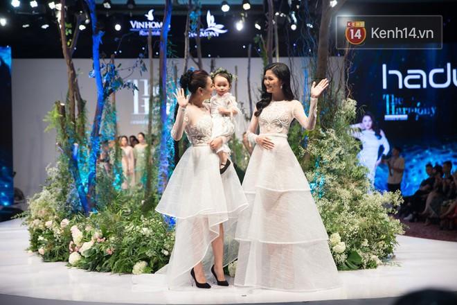 Phạm Hương và Hồng Quế cùng làm vedette trong show diễn của NTK Hà Duy - Ảnh 2.